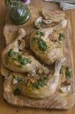 Зажаренный в духовке цыпленок чеснока Стоковое Изображение