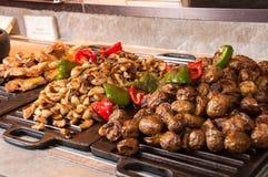 Зажаренный в духовке чеснок, картошка, цыпленок стоковые изображения