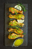 Зажаренный в духовке drumstick цыпленк цыпленка в зеленом соусе с лимоном на черном b Стоковые Изображения