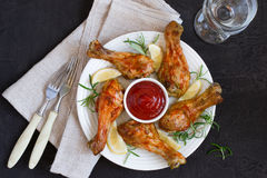 Зажаренный в духовке drumstick цыпленк цыпленка в красном базилике соуса и лимон на blac Стоковые Изображения RF