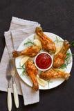 Зажаренный в духовке drumstick цыпленк цыпленка в красном базилике соуса и лимон на blac Стоковые Фото