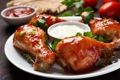 Зажаренный в духовке drumstick цыпленк цыпленка в красном соусе Стоковая Фотография