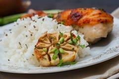 Зажаренный в духовке drumstick цыпленк цыпленка гарнированный с рисом Стоковые Фото