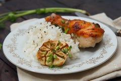 Зажаренный в духовке drumstick цыпленк цыпленка гарнированный с рисом Стоковая Фотография RF