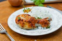 Зажаренный в духовке drumstick цыпленк цыпленка гарнированный с рисом Стоковое Изображение