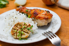 Зажаренный в духовке drumstick цыпленк цыпленка гарнированный с рисом Стоковая Фотография