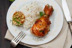 Зажаренный в духовке drumstick цыпленк цыпленка гарнированный с рисом Стоковые Изображения RF