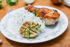 Зажаренный в духовке drumstick цыпленк цыпленка гарнированный с рисом Стоковые Изображения
