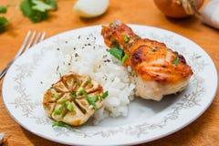 Зажаренный в духовке drumstick цыпленк цыпленка гарнированный с рисом Стоковое Изображение RF