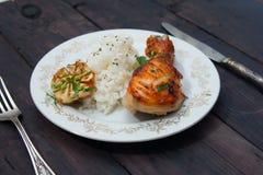 Зажаренный в духовке drumstick цыпленк цыпленка гарнированный с рисом Стоковые Фотографии RF