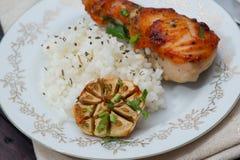 Зажаренный в духовке drumstick цыпленк цыпленка гарнированный с рисом Стоковое Фото