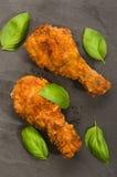 Зажаренный в духовке drumstick цыпленк цыпленка с базиликом Стоковые Изображения RF