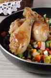 Зажаренный в духовке drumstick цыпленк цыпленка с овощами Стоковые Фото