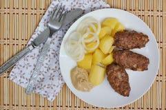 Зажаренный в духовке meatloaf с картошками, луком и мустардом Стоковые Изображения RF