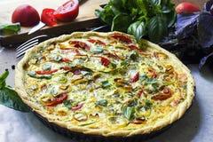 Зажаренный в духовке vegetable пирог Очень вкусный вегетарианский киш стоковая фотография