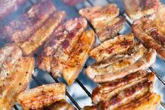 Зажаренный живот свинины, бекон на горячем конце решетки вверх Стоковое Изображение