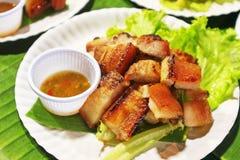 Зажаренный живот свинины с соусом - едой улицы в Таиланде Стоковая Фотография RF