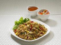 зажаренный индонезийский рис плиты Стоковые Изображения RF