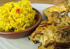Зажаренный квартальный цыпленок с сметанообразными соусом и рисом Стоковая Фотография RF