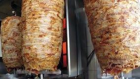 Зажаренный конец фаст-фуда мяса гироскопов традиционный греческий вверх по взгляду видеоматериал