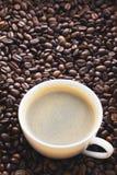 зажаренный кофе фасолей Кружка кофе на предпосылке кофейных зерен Стоковые Изображения