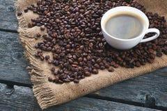 зажаренный кофе фасолей Кружка кофе на предпосылке кофейных зерен Стоковая Фотография