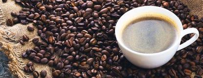 зажаренный кофе фасолей Кружка кофе на предпосылке кофейных зерен Стоковое Изображение RF