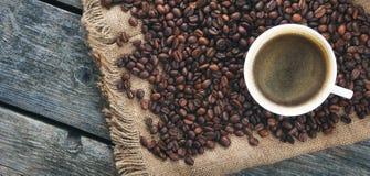 зажаренный кофе фасолей Кружка кофе на предпосылке кофейных зерен Стоковые Фото