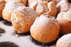 Зажаренный макрос Castagnole donuts на черной плите горизонтально Стоковые Изображения