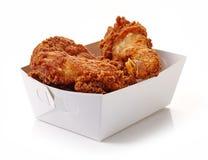 Зажаренный обвалянный в сухарях цыпленок в белой картонной коробке стоковое изображение rf