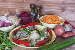 Зажаренный огурец гвоздичного дерева чеснока chili рыб и овощей на предпосылке деревянного стола Стоковые Фото