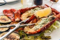Зажаренный омар на отрезанных овощах с шутихой Стоковое фото RF