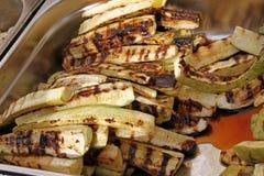 Зажаренный органический цукини на bbq Овощи на обоях барбекю Vegetable текстура предпосылки Зажаренный зеленый цукини зажжено стоковая фотография rf