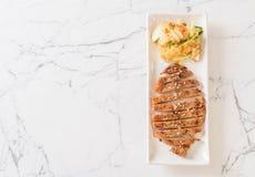 зажаренный отрезанный стейк свинины с овощем стоковые фотографии rf