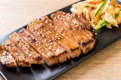 зажаренный отрезанный стейк свинины с овощем стоковые изображения