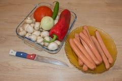 Зажаренный перец грибов, сосисок, томатов, красных и зеленых варить концепции, кулинарный стоковое изображение