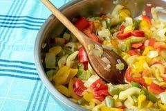 Зажаренный перец на сковороде Зажаренные красочные овощи Стоковое Изображение