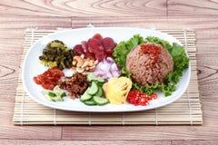 Зажаренный рис жасмина с затиром креветки, Kao Klok Kapi - тайским Стоковые Фотографии RF