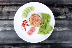 Зажаренный рис жасмина с тайской кислой сосиской покрыл огурец, листовая капуста Стоковые Фото