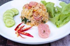 Зажаренный рис жасмина с тайской кислой сосиской покрыл огурец, листовая капуста Стоковое фото RF