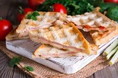 Зажаренный сандвич сыра отрезанный в половине Стоковое Фото