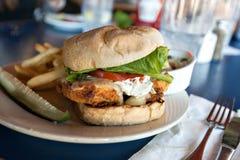 Зажаренный сандвич рыб с фраями Стоковые Изображения RF