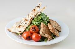 Зажаренный салат из курицы с зелеными листьями шпината Стоковое Изображение RF
