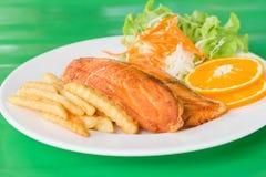 Зажаренный салат стейков рыб Стоковые Изображения