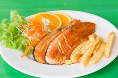Зажаренный салат стейков рыб Стоковая Фотография RF