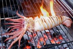 Зажаренный свежий кальмар на плите угля Стоковые Фотографии RF