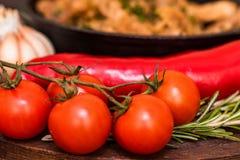 Зажаренный свинина в сковороде и овощах Стоковые Фото