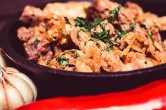 Зажаренный свинина в сковороде и овощах Стоковое Изображение