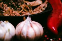 Зажаренный свинина в сковороде и овощах Стоковое Изображение RF
