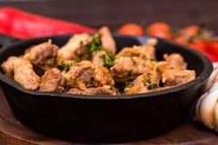 Зажаренный свинина в сковороде и овощах Стоковые Изображения